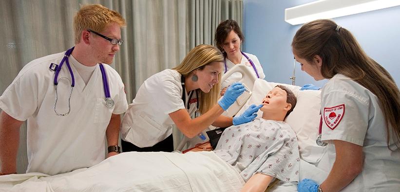 صور طريقة تدريب الممرضات علي الكشف على مريض وفحصة